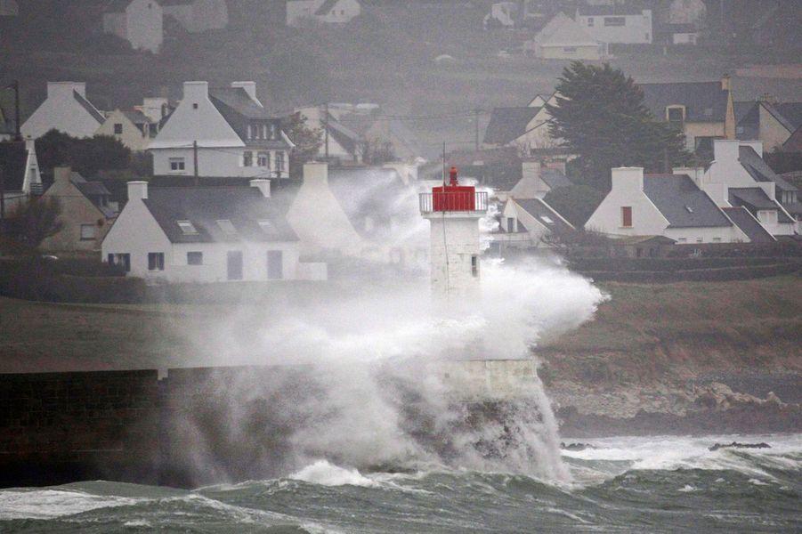 La préfecture maritime de l'Atlantique a par ailleurs annoncé qu'un marin russe était recherché à 200 kilomètres environ au large de Brest (Finistère) après un signalement de l'équipage de son cargo, le Victoriaborg.