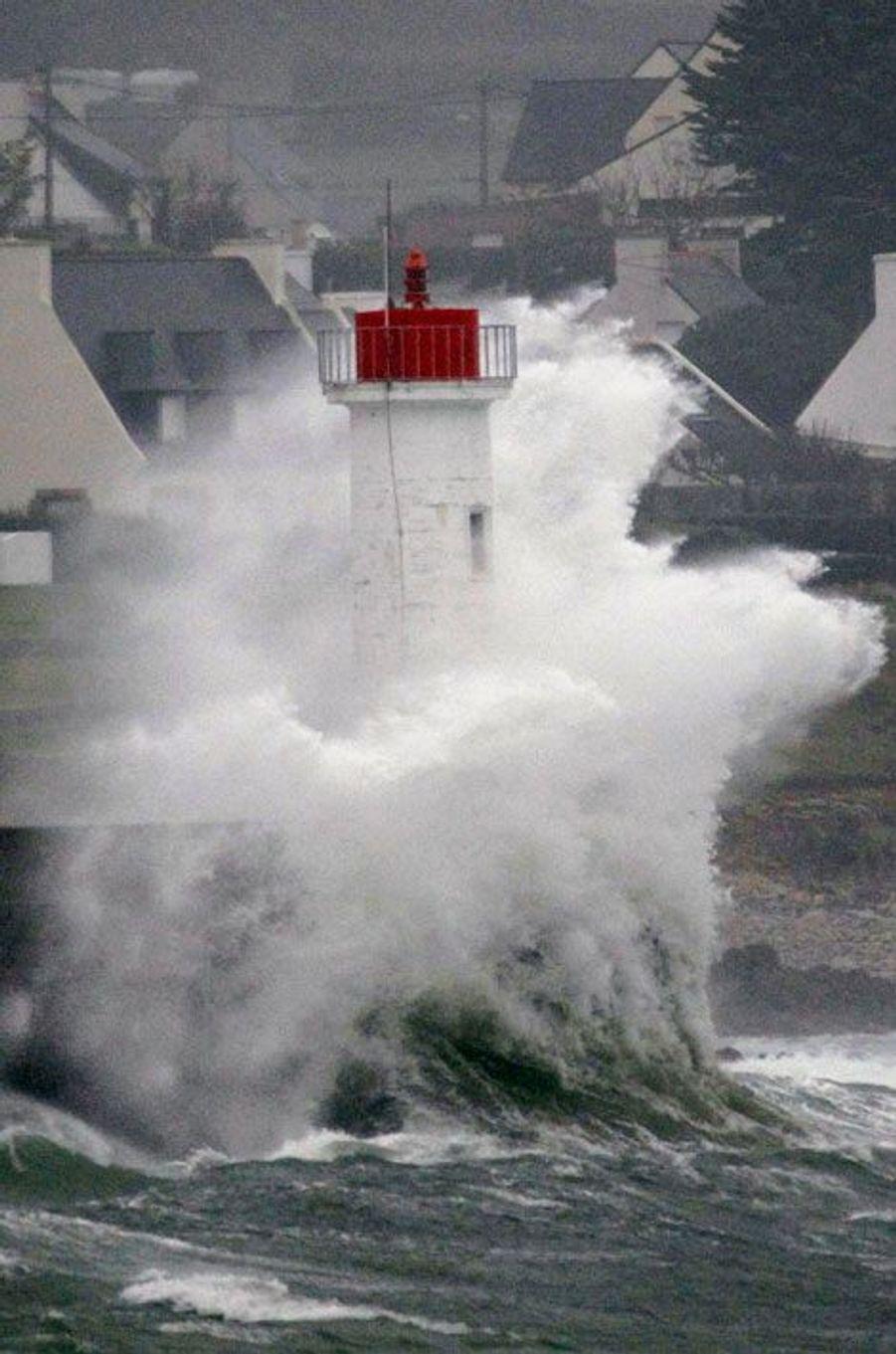 La tempête Dirk ravage les côtes françaises