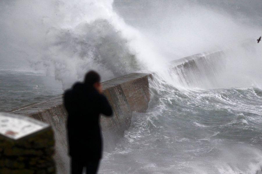 Vingt et un départements étaient encore en vigilance orange mardi matin en raison de vents violents accompagnés de fortes pluies qui ont balayé la façade ouest de la France, privant 240.000 foyers d'électricité.