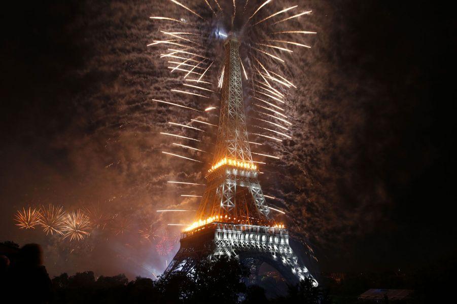 La Tour Eiffel éblouit le ciel de Paris