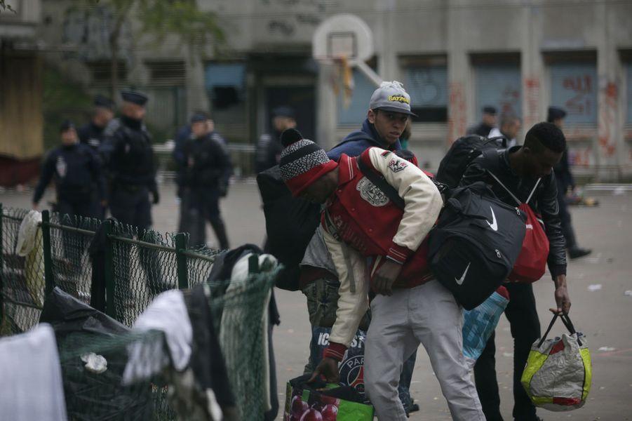 Le dernier grand campement de migrants à Paris, dans le lycée désaffecté Jean-Quarré, a été évacué