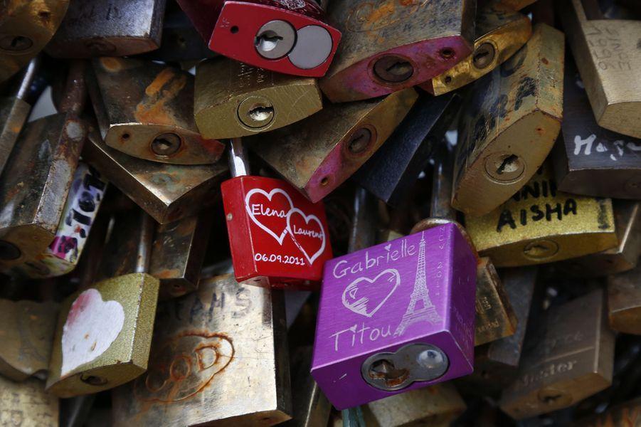 La mairie de Paris fait retirer du pont des Arts les cadenas d'amour