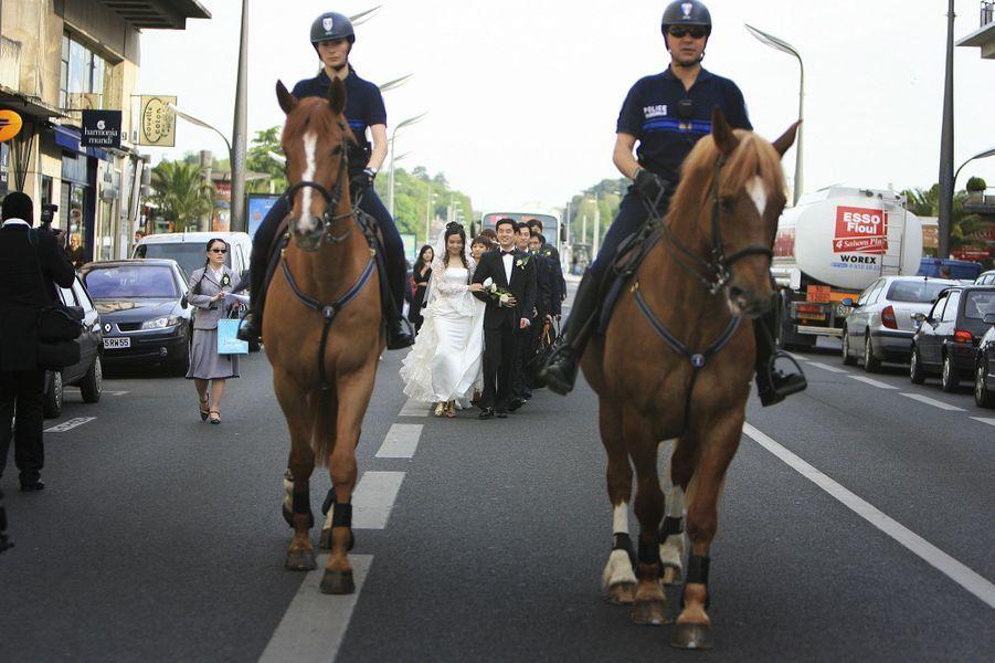 La police municipale à cheval escorte un défilé