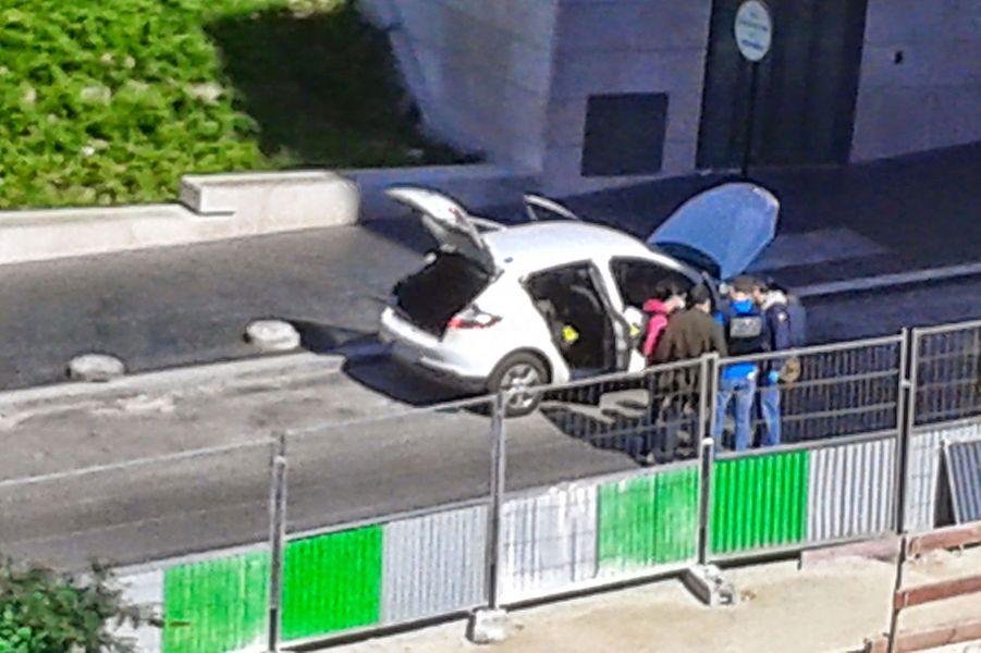 Quand les policiers découvrent la voiture du tueur
