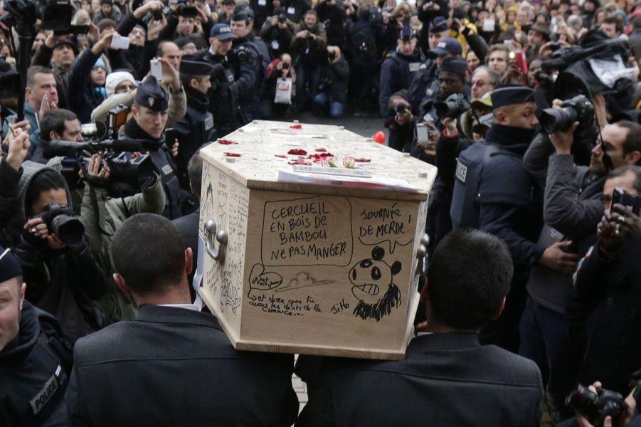 Le cercueil recouvert de dessins