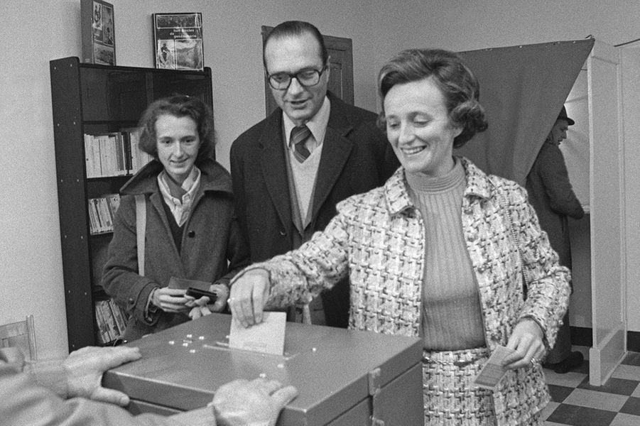 Bernadette Chirac, Conseillère municipale de Sarran, dépose son bulletin de vote, le 14 novembre 1976 à la Mairie de Sarran, accompagnée de son...