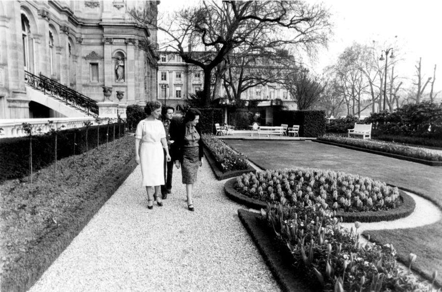 Laurence Chirac découvre l'Hôtel de Ville de Paris, avec sa mère Bernadette, après l'élection de Jacques Chirac comme maire en 1977.