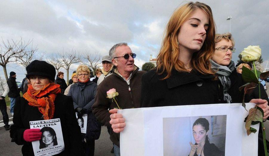 Sans mot devant l'horreur. Environ 200 personnes ont participé lundi après-midi à une marche silencieuse organisée à Saint-Brévin-les-Pins, six jours après la disparition de la jeune femme.