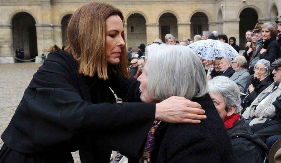 L'actrice Carole Bouquet enlace Christiane Hessel, la veuve de l'auteur d'«Indignez-vous!».