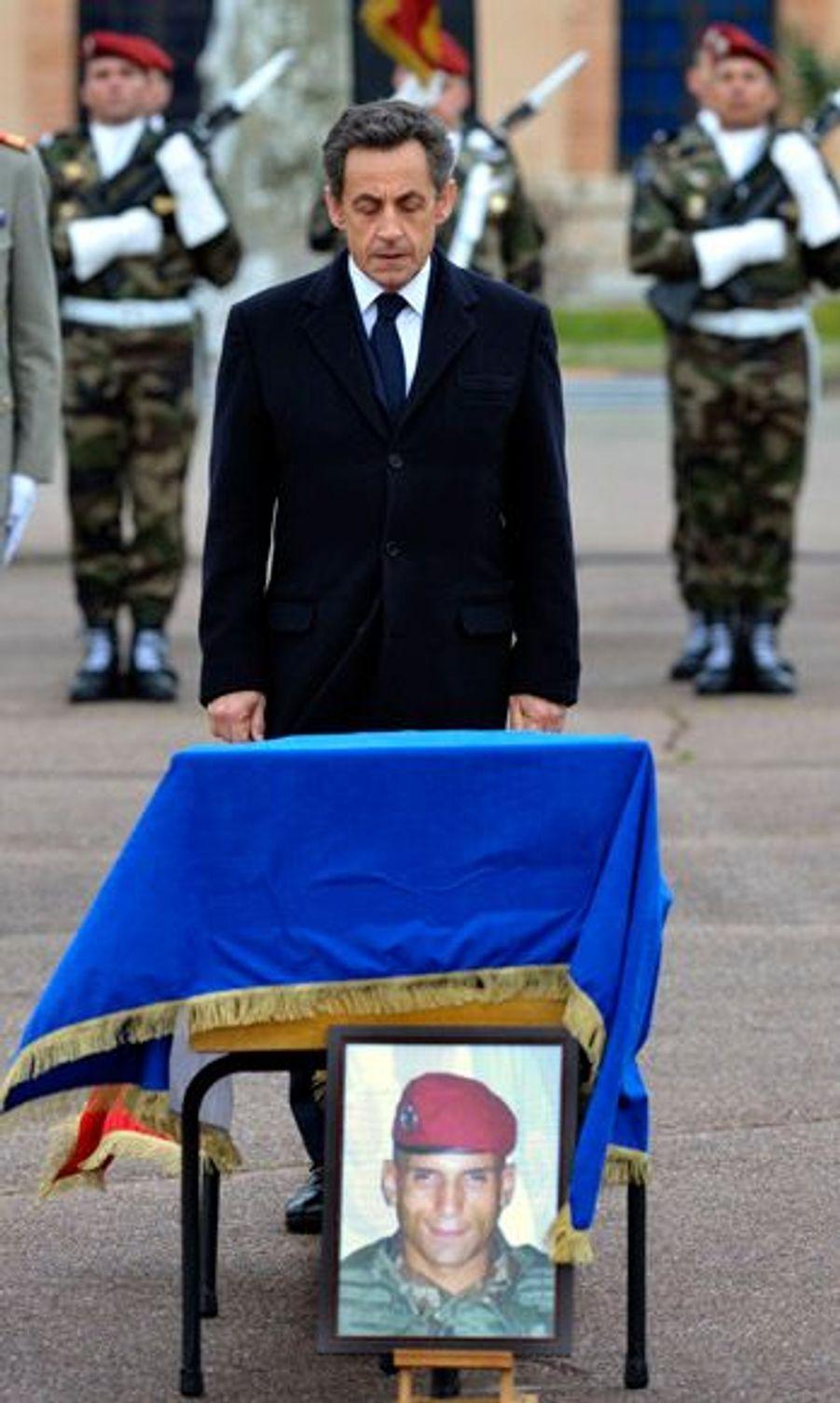 Nicolas Sarkozy s'est recueilli devant le cercueil de Mohamed Legouad.