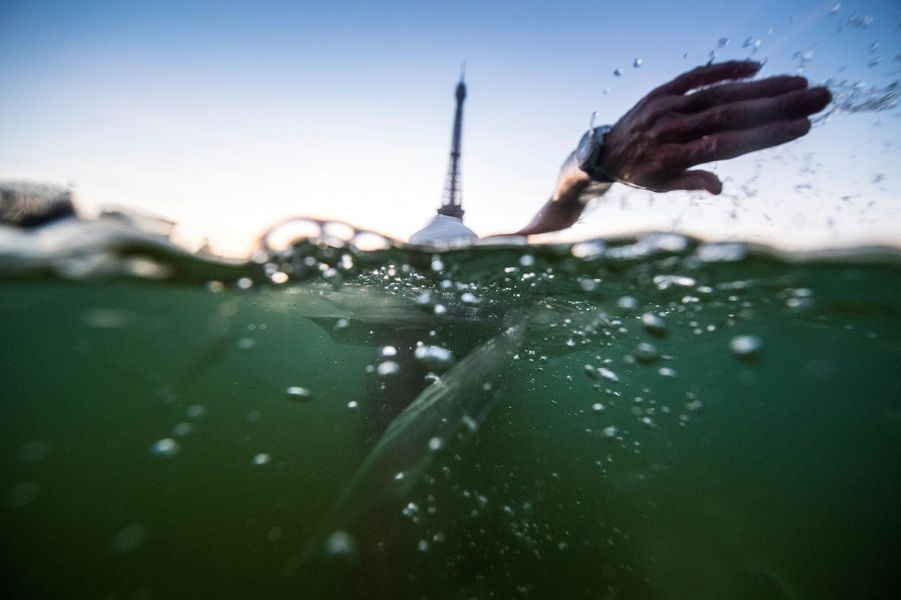 Un courageux a nagé dans la fontaine du Trocadéro à Paris