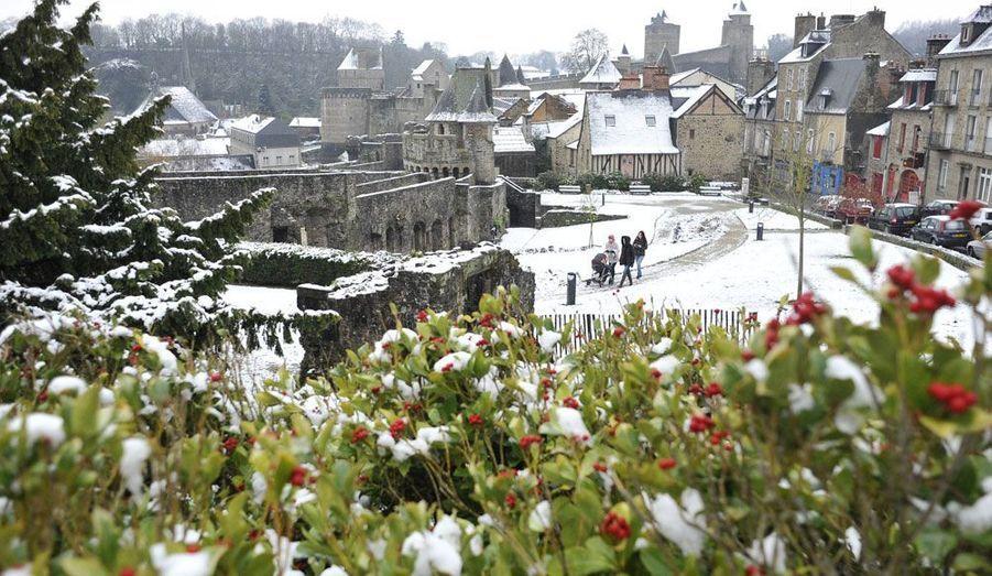 La commune de Fougères, en Bretagne, s'est réveillée dans le froid. Il devrait encore neiger jusqu'à mercredi dans la région.