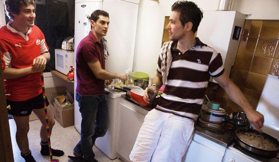 Romain, Pierre-Luc et Charles, étudiants dans une école d'ingénieurs, vivent ensemble dans un appartement à Tarbes. L'entente est bonne. Ils se répartissent les tâches et apprennent à gérer le quotidien : faire les courses, le ménage, la cuisine. Ici, Charles prépare de la dinde à la crème et une tarte au citron pour le dessert. Pas beaucoup de sorties ni de restos. Les études sont leur priorité.