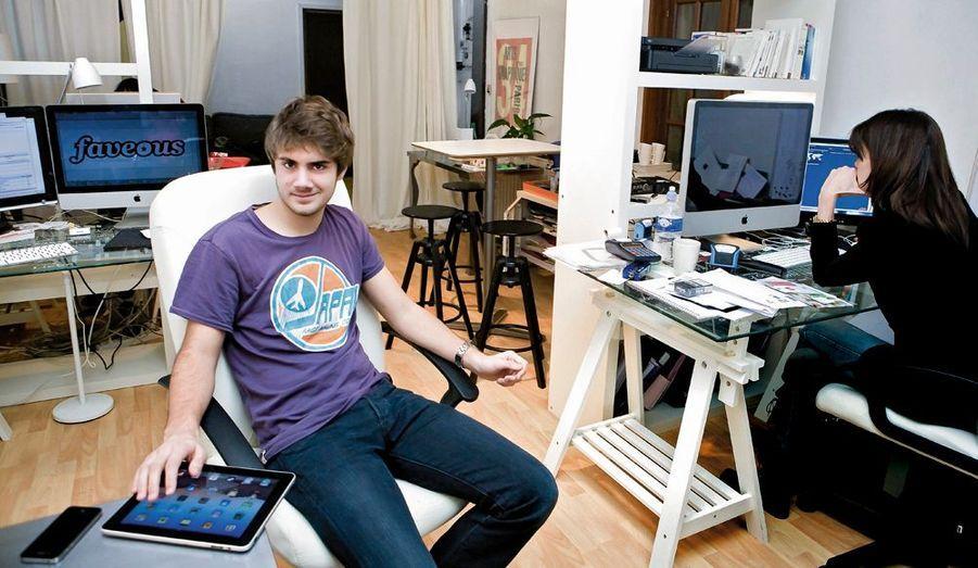 Il est quasiment né avec une souris dans la main. Depuis son plus jeune âge, Arthur se passionne pour l'informatique et Internet. Précoce, il crée son premier site à 14 ans, fonde sa start-up Faveous, quatre ans plus tard, après avoir obtenu son bac. Il partage son bureau parisien avec deux autres jeunes entrepreneuses. Son rêve : faire fortune comme l'un de ses modèles, Mark Zuckerberg, fondateur de Facebook et milliardaire à 25 ans.