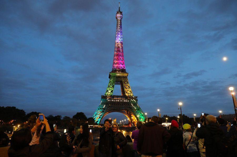 La tour Eiffel a célébré le nombre symbolique des 300 millions de visiteurs du monument depuis 1889.