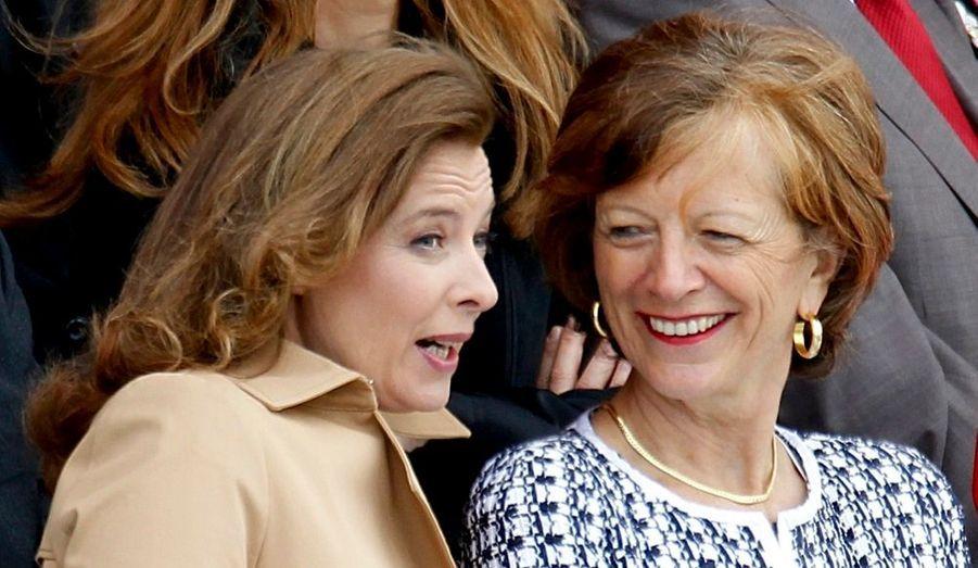 Valérie Trierweiler et Brigitte Ayrault rient aux éclats.