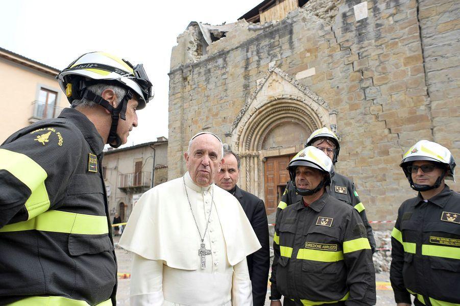 Le Pape auprès des habitants d'Amatrice, dévastée en août par un séisme