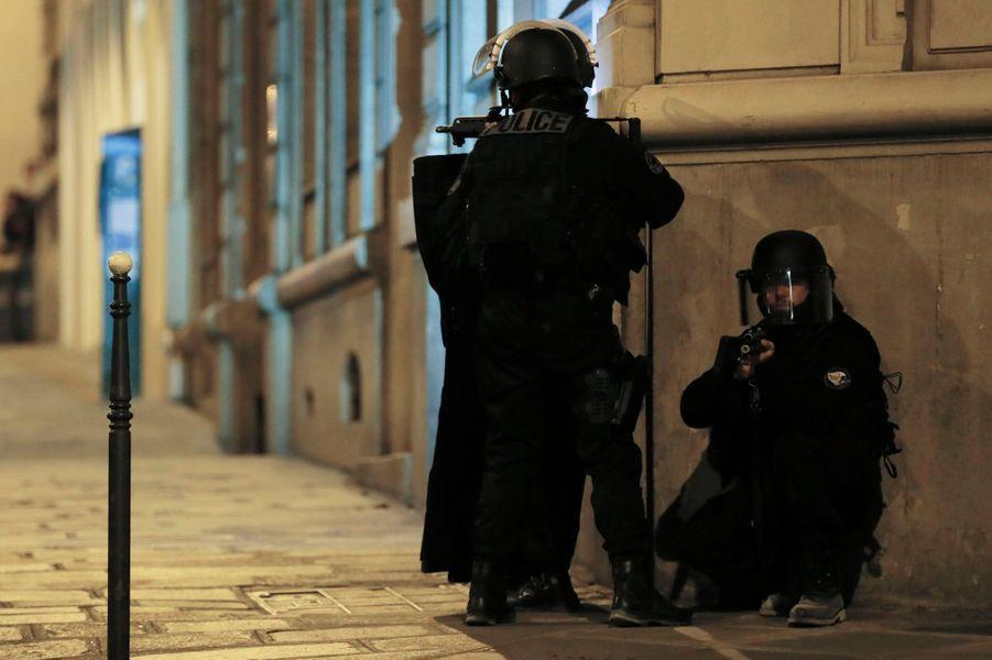 Le quartier des Champs-Elysées sous haute surveillance après la fusillade.