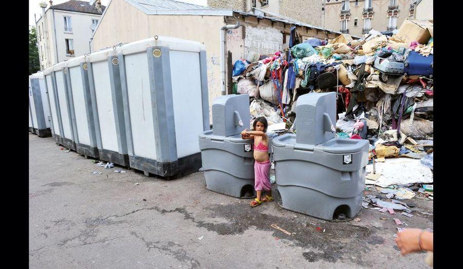Sept toilettes et quatre lavabos de chantier ont installés par la mairie devant une autre décharge.