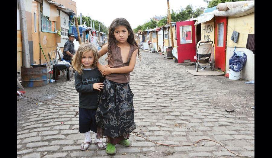 Contrairement à d'autres, ces enfants roms n'accompagnent pas leurs mères quand elles vont mendier à Paris. Ils reçoivent beaucoup d'attention et de tendresse, mais jouent parmi les immondices.