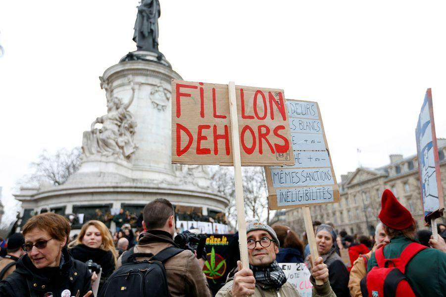 Des centaines de personnes ont défilé en France dimanche pour dénoncer la corruption des élus, ici à Paris