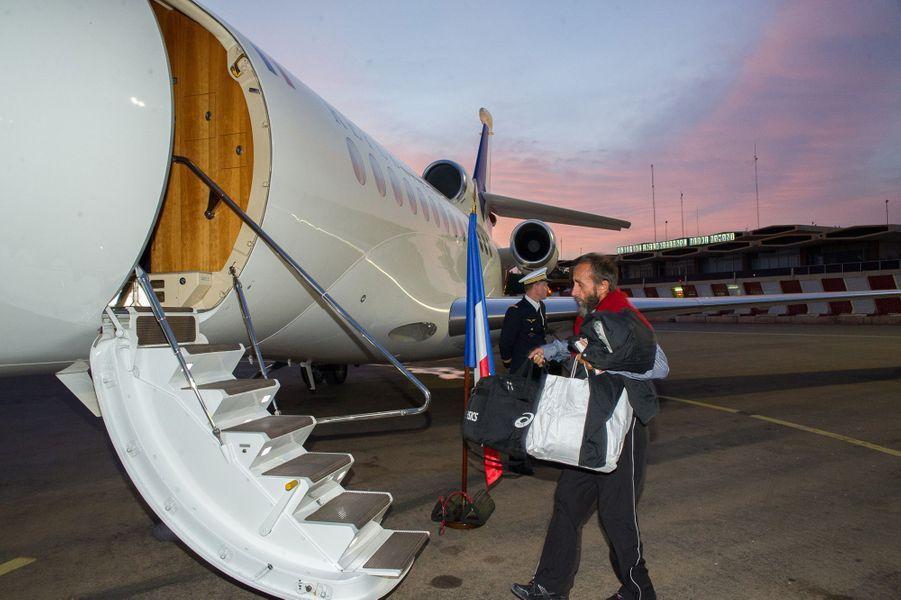 Les quatre otages français enlevés il y a plus de trois ans par le groupe Al Qaïda au Maghreb islamique (Aqmi) et libérés mardi à l'issue d'une opération menée par les autorités nigériennes ont quitté Niamey mercredi matin par avion pour Paris. Ils ont pris dans un appareil spécialement affrété pour l'occasion, en compagnie des ministres dela Défense et des Affaires étrangères, Jean-Yves Le Drian et Laurent Fabius. Ils doivent être accueillis en fin de matinée par le président François Hollande à l'aéroport militaire de Villacoublay, près de Paris. Pierre Legrand, Daniel Larribe (sur la photo), Thierry Dol et Marc Féret avaient été enlevés le 16 septembre 2010 sur un site d'extraction d'uranium d'Areva à Arlit, au Niger.