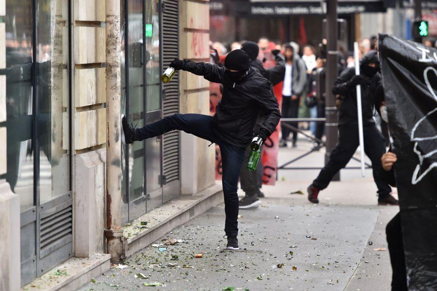 Manifestation à Paris : des agences bancaires prises pour cible par des individus cagoulés