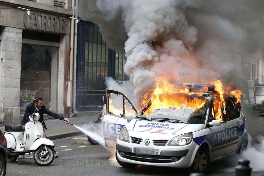 A Paris, une voiture de police a été incendiée près de la place de la République, le 18 mai 2016.