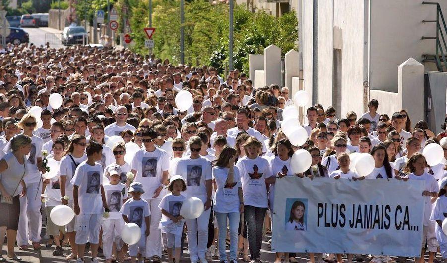 """Près de 2000 personnes se sont rassemblées samedi matin à Florensac, dans l'Hérault, pour une marche organisée en hommage à Carla, la collégienne frappée à mort lundi par le frère d'une de ses camarades de classe. Vêtus de blanc, les participants ont défilé en silence, derrière une banderole disant """"plus jamais ça"""" et ornée d'une photo de l'adolescente. Des fleurs ont été déposées devant le collège Voltaire où s'est déroulé le drame, et un lâcher de ballon a eu lieu, pour Carla."""
