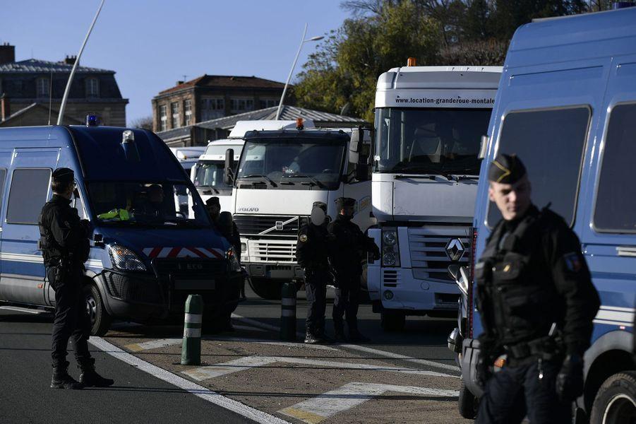 Des forains ont mené des opérations escargot autour de Paris lundi matin
