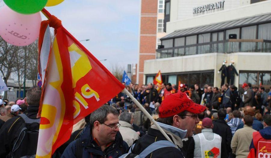 Des centaines de salariés de l'usine de pneus Continental de Clairoix (Oise), se sont rendus lundi à Reims (Marne) pour une manifestation en marge de la réunion du comité central d'entreprise français (CCE) de la société. La fermeture de l'usine de Clairoix (Oise), qui emploie 1120 personnes, a été programmée pour 2010, provoquant un tollé dans les mondes syndical et politique. La semaine dernière, le directeur du site, Louis Forzy avait été la cible de jets d'oeufs, dont certains ont atteint leur but.