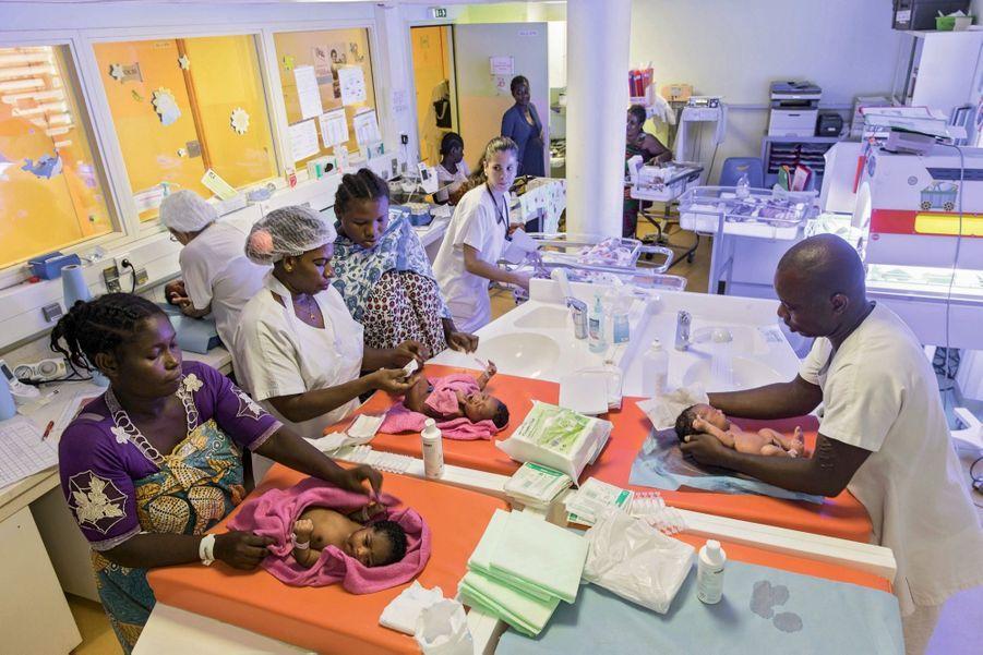 Au centre hospitalier de Mayotte, à Mamoudzou, la plus grande maternité de France : 27 bébés naissent chaque jour.