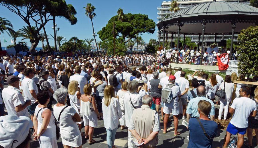 """Nice: Un rassemblement en blanc pour """"se recueillir et pleurer"""""""