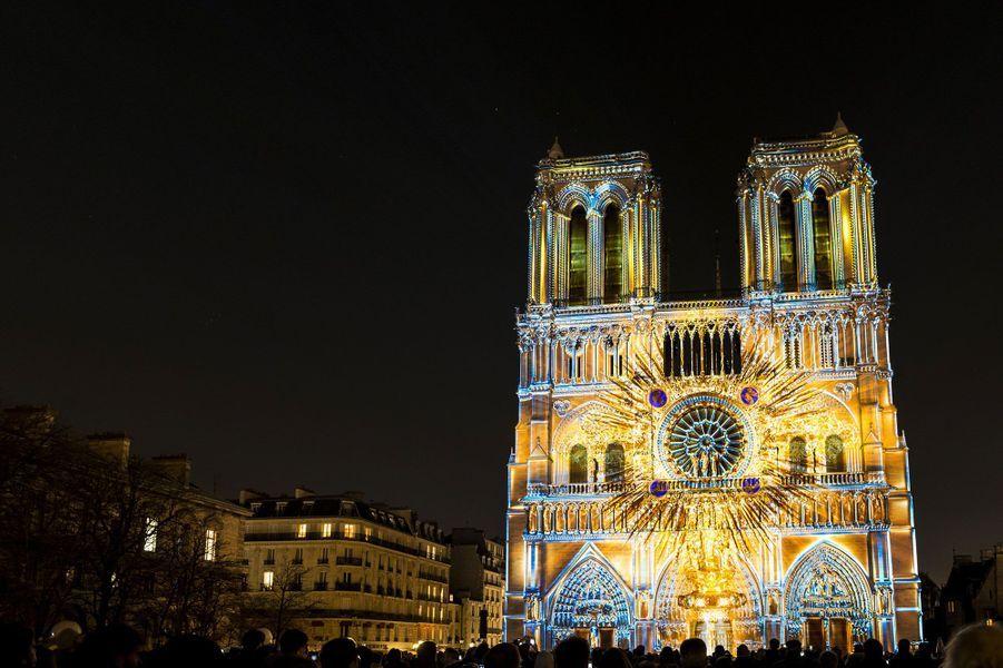 """Notre-Dame de Paris durant le spectacle """"Dame de Coeur"""""""