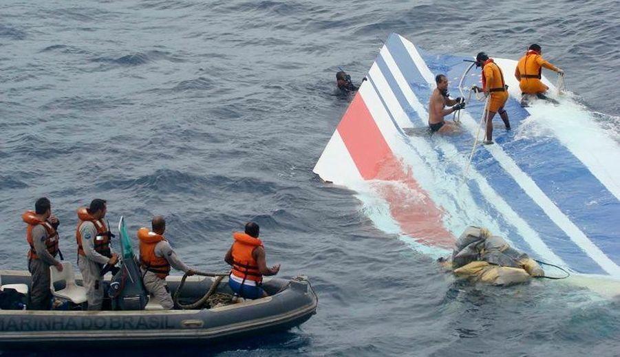 Notre reporter a reconstitué un scénario probable de l'accident du 31 mai 2009, au terme d'un mois d'enquête de Paris à Rio. Retour sur une des plus terribles catastrophes aériennes de ces dernières années : 216 passagers tués, dont 61 Français, et 12 membres d'équipage.