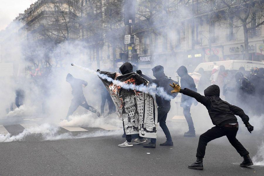 Des milliers de personnes ont défilé dans les rues de Paris dimanche contre les violences policières