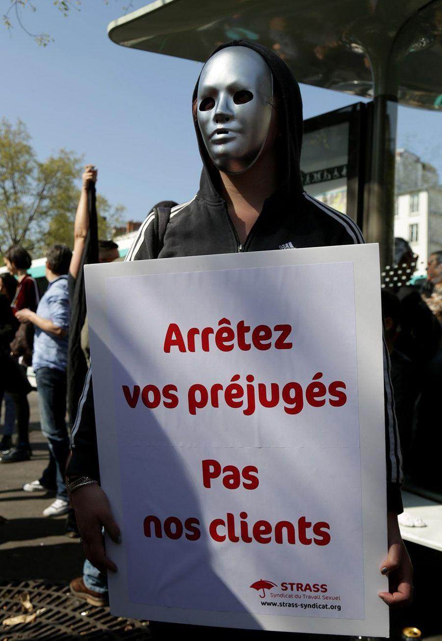 Une centaine de prostitués a manifesté samedi à Paris