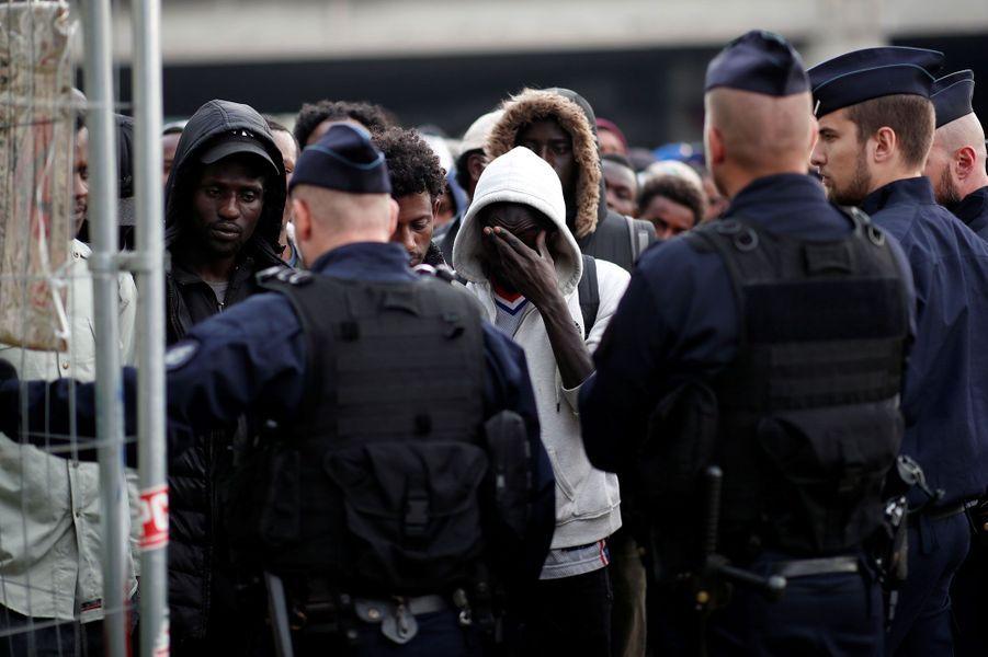 Plus d'un millier de personnes ont été recensées dans ce camp de migrants parisien, dont l'évacuation a débuté mercredi matin