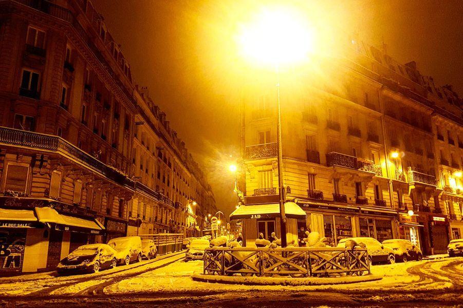 La neige a recouvert Paris d'un épaismanteau blanc.