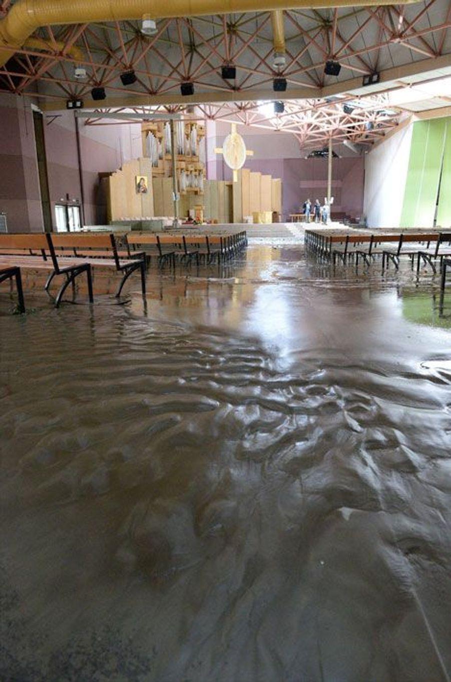 La boue a envahi une église de Lourdes