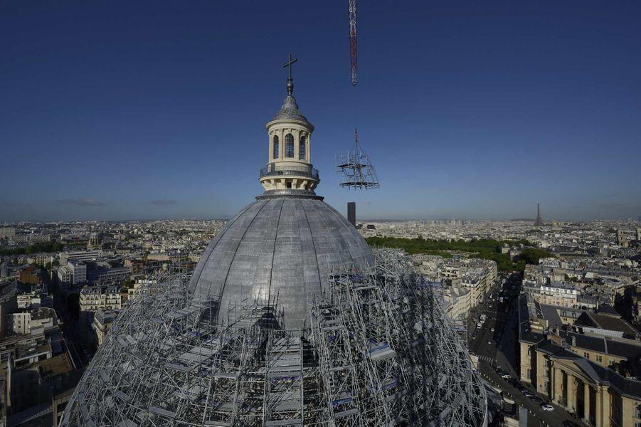 Aujourd'hui, le héros, c'est lui.Le Panthéonvit une seconde jeunesse depuis que le Centre des monuments nationaux a décidé de lui refaire une santé. Edifié entre1764 et1790, le géant de 82 mètres de haut était bien fatigué. Le dôme de cet édifice néoclassique conçu par Jacques-Germain Soufflot s'effritait… alors qu'il reçoit plus de 700000 visiteurs par an. Il a fallu consolider. Le lanternon, la partie supérieure, menaçait de s'écrouler: il a été reposé. Les travaux engagés en février 2013, et qui prendront fin à l'automne, constituent l'un des plus vastes chantiers de restauration d'Europe. Une première étape dans la remise en état de l'ensemble dutemple républicainqui accueillait en mai quatre nouveaux locataires, dont deux femmes.A lire: Le Panthéon en majesté