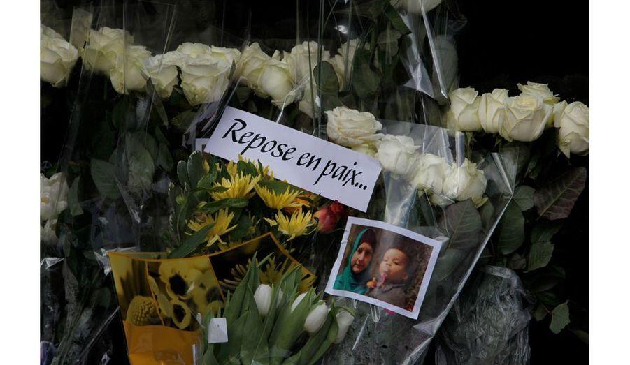 Devant l'immeuble du père de Tanja, des fleurs ont été déposées en hommage à la Tanja, victime sans défense.