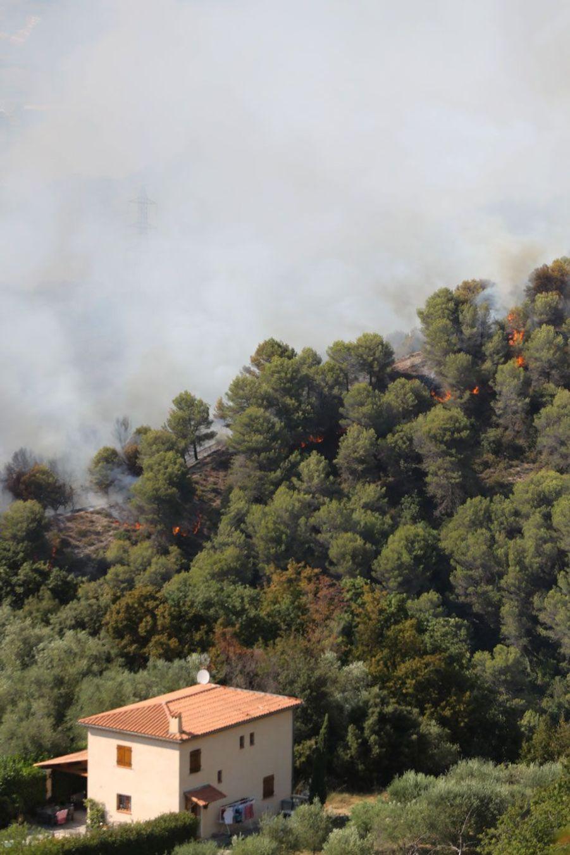 Le feu menace les maisons à Castagniers.