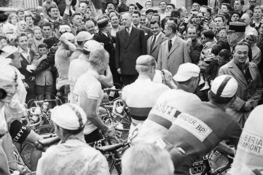 17 juillet 1960, àColombey-Les-Deux-Eglises,Charles de Gaulle assiste au Tour de France. Le peloton s'arrête pour le saluer.