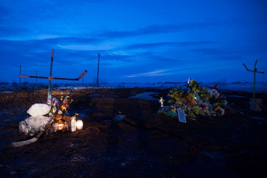 Le Canada bouleversé rend hommage aux victimes de l'accident de bus survenu samedi.