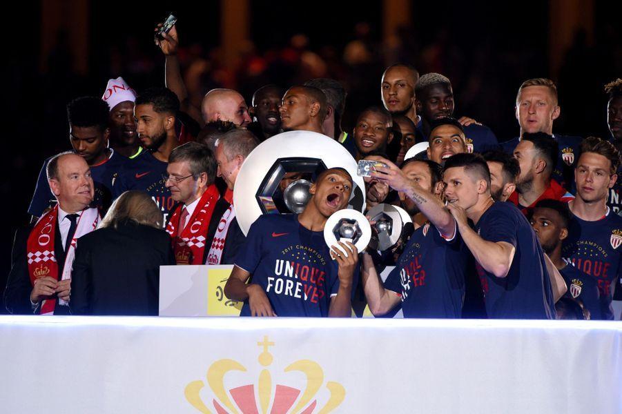 Les joueurs de Monaco célèbrent le titre.