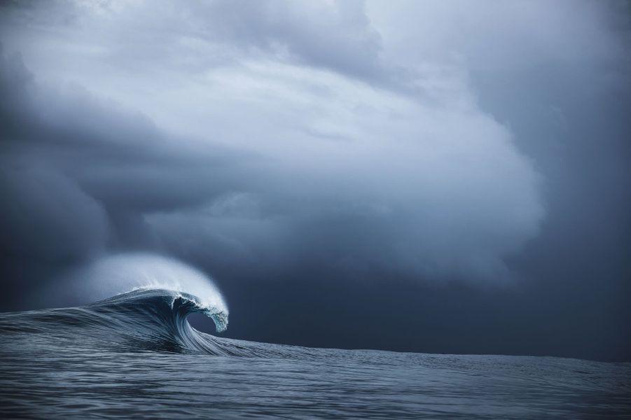 Avant la tempête. Au large, la furie des vents sculpte et nourrit des vagues pouvant monter à 8mètres de haut. Avant de se réduire en écume, leur lèvre peut atteindre 3mètres d'épaisseur.