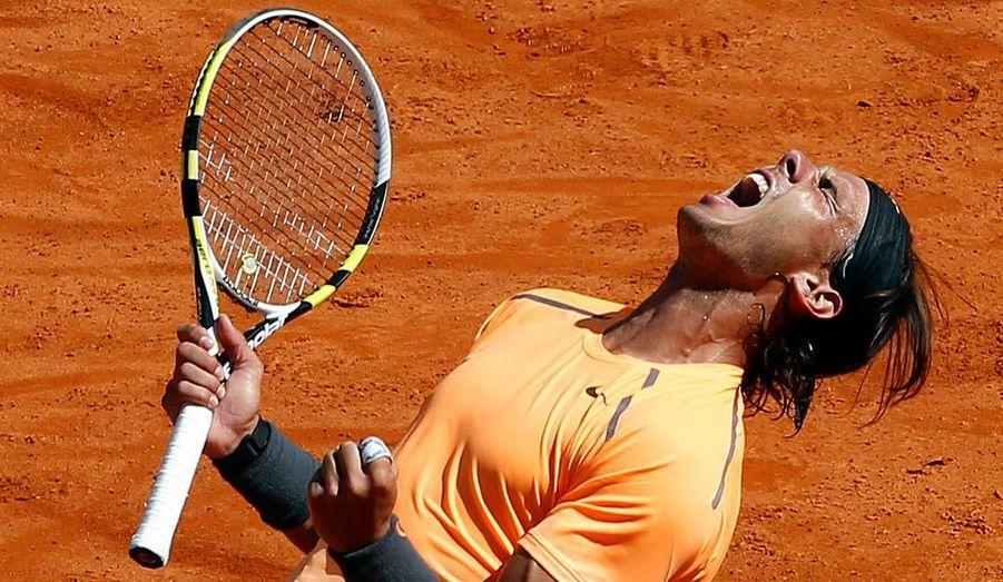 Quelle réponse apportée ce dimanche, sur le central du Monte-Carlo Country Club par Rafal Nadal, à ceux qui l'estimaient menacé à l'amorce de cette saison sur terre battue ! Opposé au n°1 mondial Novak Djokovic en finale du Masters 1 000 de Monte-Carlo, l'Espagnol, alors qu'il restait sur 7 défaites de rang face au Serbe, toutes concédées... en finale, s'impose en deux sets secs (6-3, 6-1). Il empoche du même coup sa 8e couronne de rang en Principauté ! Plus que jamais un record.