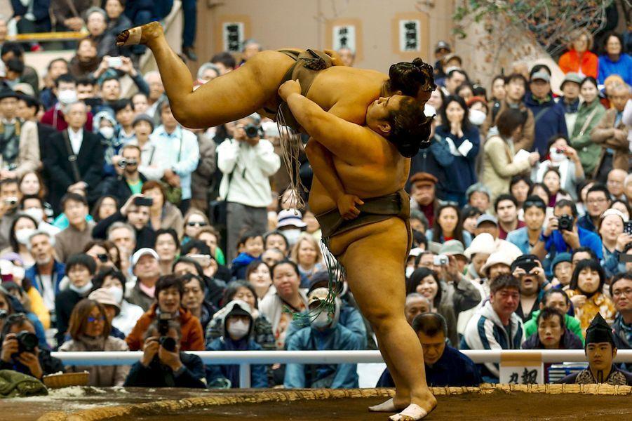 Coulisses, à-côtés, images surprenantes, Paris Match vous propose de découvrir le meilleur de l'actualité sportive de la semaine du 30 mars au 5 avril 2015.Ici, combat de sumos à Tokyo lors du tournoi annuel «Honozumo».