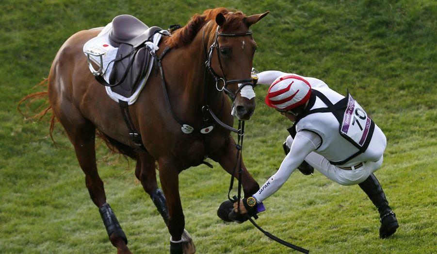 Le Japonnais Yoshiaki Oiwa est passé au-dessus de son cheval lors de l'épreuve du cross country.